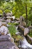 Утесы и водопад, китайский сад приятельства, гавань милочки, Сидней, Новый Уэльс, Австралия стоковое изображение