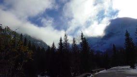 Утесы и горы с облаками акции видеоматериалы