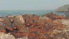 Утесы и камни вида с воздуха на пляже Arambol в северном Goa, Индии акции видеоматериалы