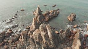 Утесы и камни вида с воздуха на пляже Arambol в северном Goa, Индии видеоматериал