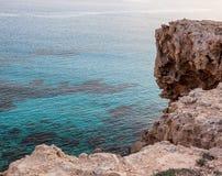 Утесы и лазурное открытое море, накидка Greco, Кипр стоковая фотография rf