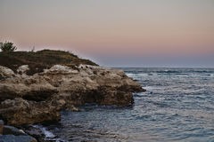 Утесы и море после захода солнца Стоковые Изображения RF