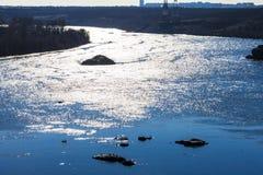 Утесы и озеро рек моря пляжа Стоковая Фотография