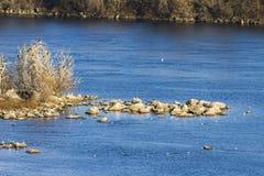 Утесы и озеро рек моря пляжа Стоковые Фотографии RF