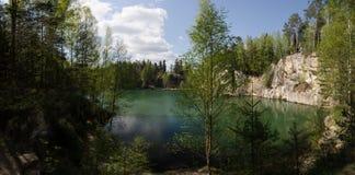 Утесы и озеро Adrspach Стоковая Фотография