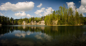 Утесы и озеро Adrspach Стоковое Изображение RF