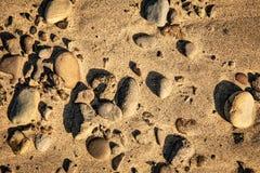 Утесы и пески на пляже стоковые фотографии rf