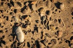 Утесы и пески на пляже стоковые изображения rf