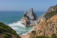 Утесы и пляж Португалии стоковое фото rf