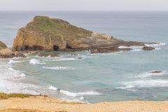 Утесы и скалы в Zambujeira повреждают Стоковая Фотография RF
