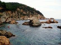 Утесы и Средиземное море как одичалая испанская природа Стоковое Фото