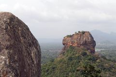 Утесы и Sigiriya - утес льва, как увидено от Ro Pidurangala стоковые фото