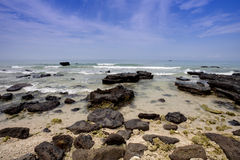Утесы, море и голубое небо Стоковое Изображение