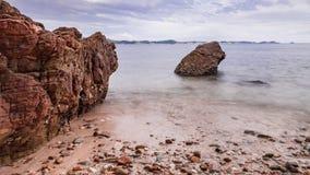 Утесы, море и голубое небо Стоковые Изображения RF