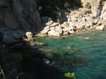 утесы, море, среднеземноморское ясная вода Стоковые Изображения