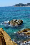 Утесы моря бирюзы стоковая фотография