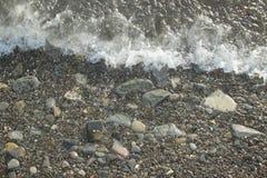 Утесы моря ровные на береге Стоковые Фотографии RF