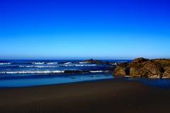 Утесы на береге на восходе солнца Стоковые Фотографии RF