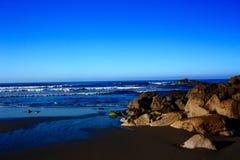 Утесы на береге на восходе солнца Стоковое Изображение
