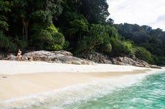Утесы на белой черепахе песка приставают к берегу на Pulau Perhentian, Малайзии Стоковая Фотография RF