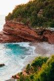 Утесы на море в Черногории Пляж скалистого побережья одичалый Dangero Стоковое Изображение RF