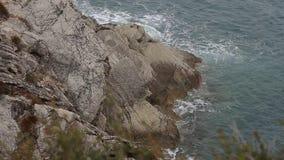 Утесы на море в Черногории Пляж скалистого побережья одичалый Dangero сток-видео
