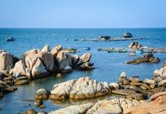 Утесы на море в Phan звенели, Вьетнам Стоковые Изображения