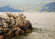 Утесы на озере Стоковые Изображения