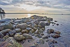 Утесы на океане на заходе солнца стоковая фотография rf