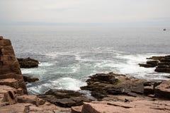 Утесы на отверстии грома в национальном парке Acadia в Мейне Стоковые Фото