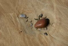 Утесы на песчаном пляже Стоковая Фотография