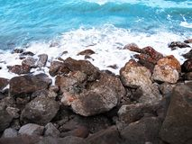 Утесы на пляже с голубым морем стоковая фотография