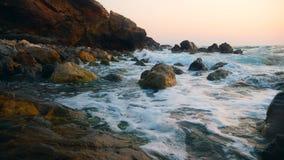 Утесы на побережье получают помытыми морем видеоматериал