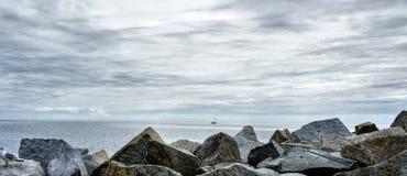 Утесы на побережье с яхтой в Sassnitz, Rugen стоковое фото