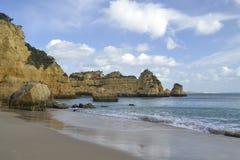 Утесы на пляже на Алгарве, Португалии Стоковая Фотография RF