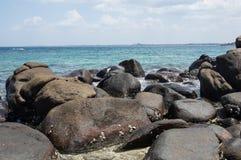Утесы на пляже острова голубя в Шри-Ланке Стоковая Фотография