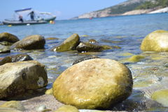 Утесы на пляже Стоковые Фотографии RF