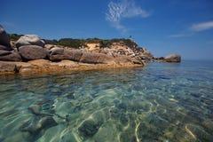 Утесы на пляже Cala Sinzias и виде на море, Сардинии Стоковое фото RF