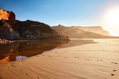 Утесы на солнечном побережье стоковое изображение rf