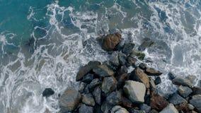 Утесы на seashore получают помытыми морем акции видеоматериалы