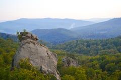 Утесы, небо, горы лес Стоковая Фотография