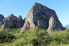 Утесы обнаруженные местонахождение монастыри Meteora стоковое изображение
