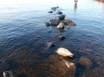 Утесы озера стоковое изображение rf