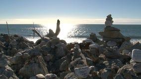 Утесы около пляжа с сочинительством на западном побережье, мы любим Новую Зеландию видеоматериал