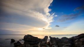Утесы отражением солнечного света пляжа в море на заходе солнца видеоматериал