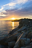 Утесы, песок, море и пляж с малой пещерой на заходе солнца, Sithonia Стоковые Фотографии RF