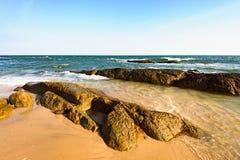 Утесы побережья Вьетнама моря южного Китая стоковые изображения rf
