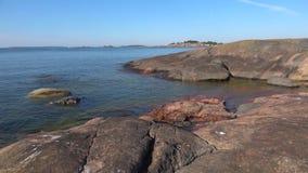 Утесы полуострова Hanko, июля на солнечном утре Финляндия акции видеоматериалы