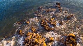 Утесы приближают к берегу реки Стоковые Фото