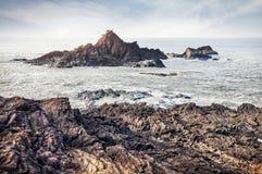 Утесы приближают к пляжу Om в Индии стоковые фотографии rf